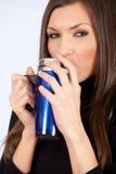 Mujer de consumición con la taza azul grande Imágenes de archivo libres de regalías