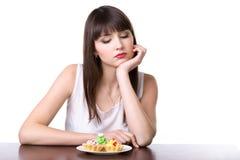 Mujer de dieta delante de la torta Imagenes de archivo