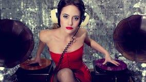 Mujer de DJ del gramófono de la lencería sexy almacen de video