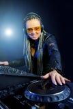 Mujer de DJ que juega música por el mezclador Imagenes de archivo