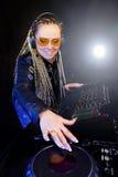 Mujer de DJ que juega música por el mikser Imagenes de archivo