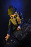 Mujer de DJ que juega música por el mikser Foto de archivo
