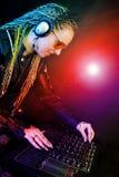 Mujer de DJ que juega música por el mezclador Imágenes de archivo libres de regalías