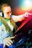 Mujer de DJ que juega música por el mikser Fotos de archivo