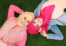 Mujer de dos musulmanes que miente en hierba Imagen de archivo libre de regalías