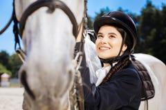 Mujer de emisión de ojos oscuros encariñada con el equestrianism que siente excitado imagenes de archivo