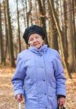 Mujer de Ender que camina en el parque Fotos de archivo libres de regalías
