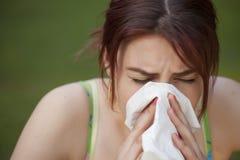 Mujer de estornudo Foto de archivo