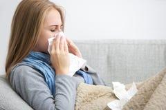 Mujer de estornudo Fotografía de archivo