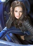 Mujer de Expressional en el coche Foto de archivo libre de regalías