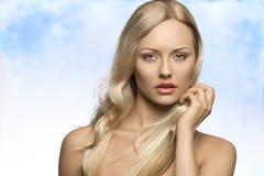 Mujer de fascinación con el pelo del vuelo Foto de archivo libre de regalías
