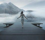 Mujer de fascinación que camina en el embarcadero de madera Foto de archivo libre de regalías