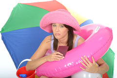 Mujer de Fed Up Bored Unhappy Young que sostiene su pasaporte con otros artículos del día de fiesta Fotografía de archivo