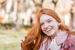 Mujer de Fedhead que ríe al aire libre Foto de archivo libre de regalías