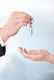 Mujer de Giving Keys To del consultor Imagenes de archivo
