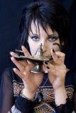 Mujer de Goth con la lámpara de Aladdin Foto de archivo