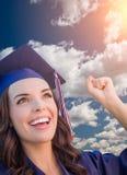 Mujer de graduación feliz de la raza mixta en casquillo y vestido Fotos de archivo