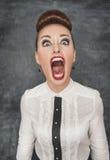 Mujer de griterío enojada imagen de archivo