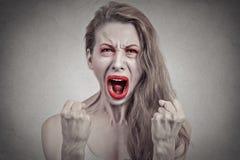 Mujer de griterío enojada histérica teniendo avería Imagen de archivo libre de regalías