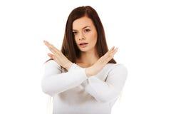 Mujer de griterío enojada joven que gesticula la muestra de la parada Fotografía de archivo
