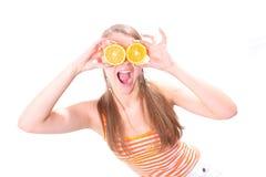 Mujer de grito con los anillos de una naranja Imagen de archivo libre de regalías