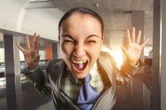 Mujer de grito en la oficina Imágenes de archivo libres de regalías