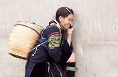 Mujer de H'mong en el teléfono en el PA del Sa Fotos de archivo libres de regalías