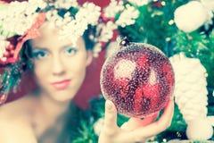 Mujer de hadas de la Navidad con el peinado del árbol que adorna el árbol de navidad Imagenes de archivo