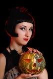 Mujer de Halloween con una calabaza fotografía de archivo