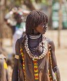 Mujer de Hamar en el mercado del pueblo Turmi Baje Omo Va Imágenes de archivo libres de regalías