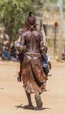 Mujer de Hamar en el mercado del pueblo Turmi Baje Omo Va Imagen de archivo libre de regalías