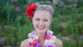 Mujer de Hawaii con la guirnalda de los leus de la flor de orquídeas rosadas Mujer caucásica sonriente hermosa en bikini en la pl metrajes