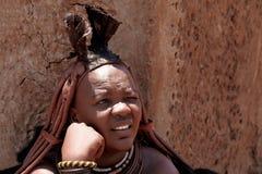 Mujer de Himba con los ornamentos en el cuello en el pueblo Imagen de archivo libre de regalías