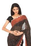Mujer de Indain en sari diseñada negra Fotografía de archivo