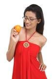 Mujer de Indan con la naranja fresca Imagen de archivo libre de regalías