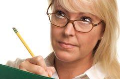 Mujer de Intnet con el lápiz y la carpeta imagen de archivo libre de regalías