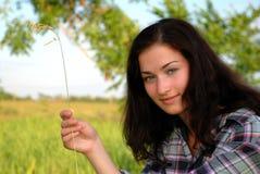Mujer de Joung en camisa en granja imagen de archivo libre de regalías