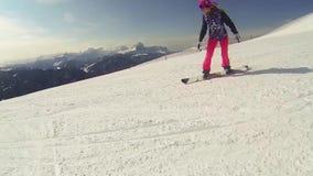 Mujer de la acción de la snowboard almacen de metraje de vídeo
