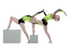 Mujer de la alta habilidad dos como danza del gimnasta en el cubo Fotografía de archivo libre de regalías