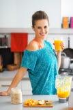Mujer de la aptitud con el vidrio del smoothie de la calabaza Imagen de archivo libre de regalías