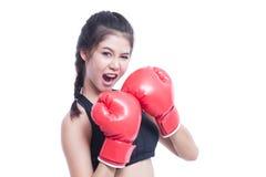 Mujer de la aptitud con los guantes de boxeo rojos Fotografía de archivo