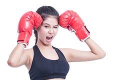 Mujer de la aptitud con los guantes de boxeo rojos Imagen de archivo libre de regalías