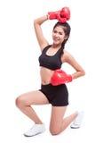 Mujer de la aptitud con los guantes de boxeo rojos Foto de archivo