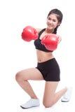 Mujer de la aptitud con los guantes de boxeo rojos Fotos de archivo libres de regalías