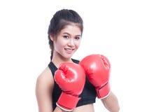 Mujer de la aptitud con los guantes de boxeo rojos Fotos de archivo