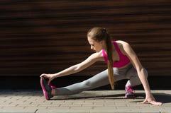 Mujer de la aptitud en estirar el entrenamiento al aire libre Fotografía de archivo libre de regalías