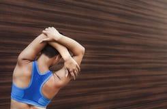 Mujer de la aptitud en estirar el entrenamiento al aire libre Fotos de archivo