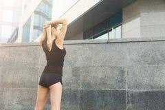Mujer de la aptitud en estirar el entrenamiento al aire libre Foto de archivo libre de regalías