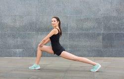 Mujer de la aptitud en estirar el entrenamiento al aire libre Imagen de archivo