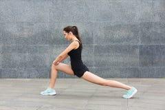 Mujer de la aptitud en estirar el entrenamiento al aire libre Fotografía de archivo